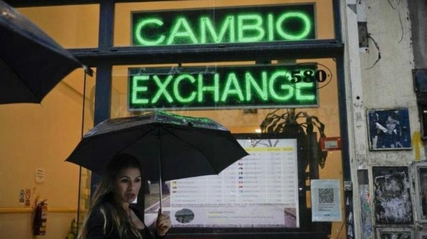 Peso argentino toca su mínimo histórico; inversionistas privados optan por dolarizar