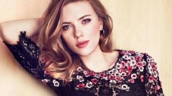 ¿Scarlett Johansson se operó el busto?