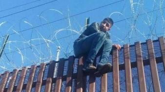 """Joven migrante se """"atora"""" en el muro fronterizo Mexicali-Calexico"""