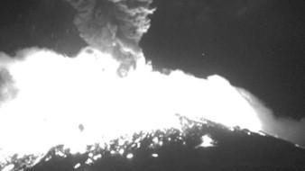 Registra Popocatépetl fuerte explosión; nubla vista con fragmentos incandescentes