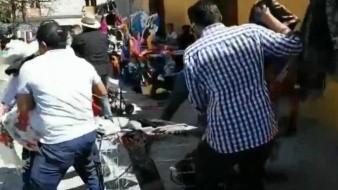 VIDEO: ¡Indignante! Presuntos inspectores retiran con violencia puesto de mujer indígena en Oaxaca mientras tenía a su bebé en brazos