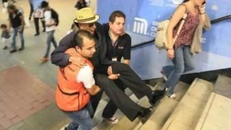 Contratan personal para cargar usuarios en metro de CDMX por fallas de escaleras