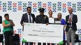 Frustra policía robo a mujer china en metro de CDMX; lo premian con 50 mil pesos