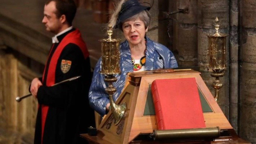 Theresa May lucha para mantener el pacto del Brexit a flote