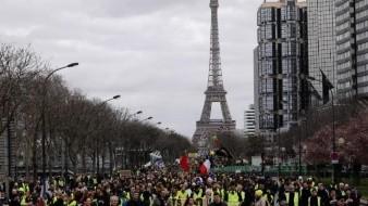 Cientos de manifestantes de chalecos amarillos marchan en París y otras ciudades
