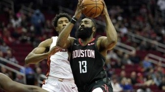 58 puntos de James Harden dan impulso