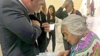 Doña Gloria le regala un cachito de la lotería a Alfredo Harp, dueño del estadio de Diablos Rojos del México