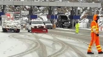 Amanece nevada la autopista Centinela-La Rumorsa, continua abierta