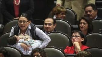 Con bebé en brazos, pide diputada de Morena justicia para mineros de Pasta de Conchos
