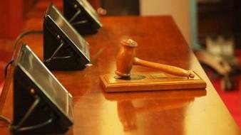 Jueza denunció a guatemalteco a inmigración que vivía en EU de manera legal en vez de casarlo; la demandan