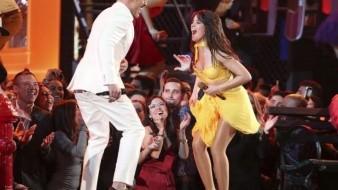 ¿Quién era el guapo acompañante de Ricky Martin en los premios Grammy?