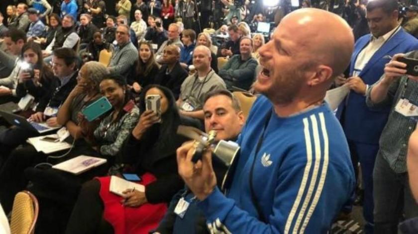 VIDEO: En plena conferencia, Facundo le lleva serenata a Tom Brady  y lo ¡expulsan!