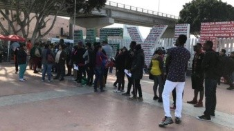 Acuden decenas de migrantes a garita El Chaparral para solicitar asilo a EU