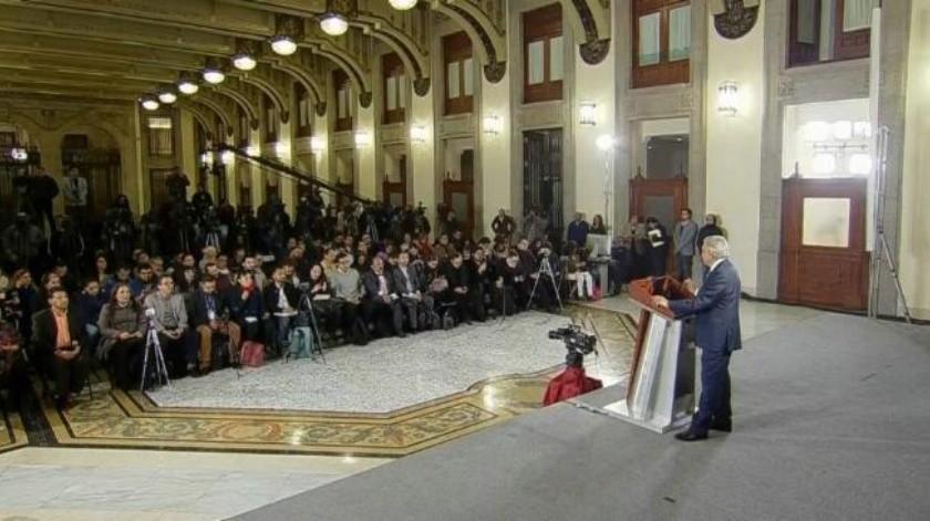 AMLO critica a gobernador de Michoacán por no atender bloqueos de CNTE por gira en Europa