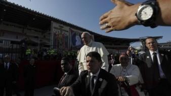Pide Papa solución en Venezuela, antes de dejar Panamá