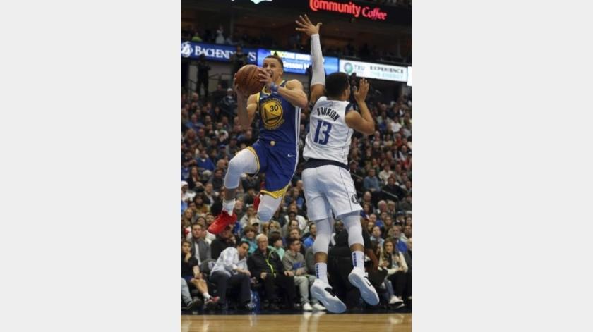 Warriors vs Mavericks: Curry mata con once triples