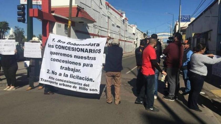 VIDEO: Concesionarios del transporte bloquean calle; piden respuesta