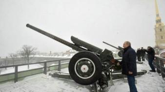 Putin dispara cañón durante la Navidad rusa en San Petersburgo
