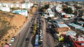 VIDEO: Hasta 6 horas duran los automovilistas en cruzar la frontera de Nogales