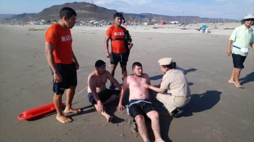 Rescatan a 2 en la playa