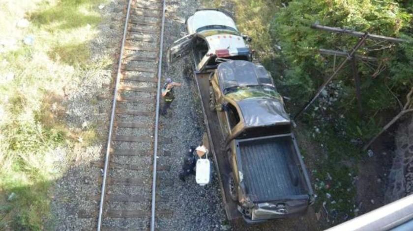 Auto cae de puente y queda en las vías del tren en Nogales