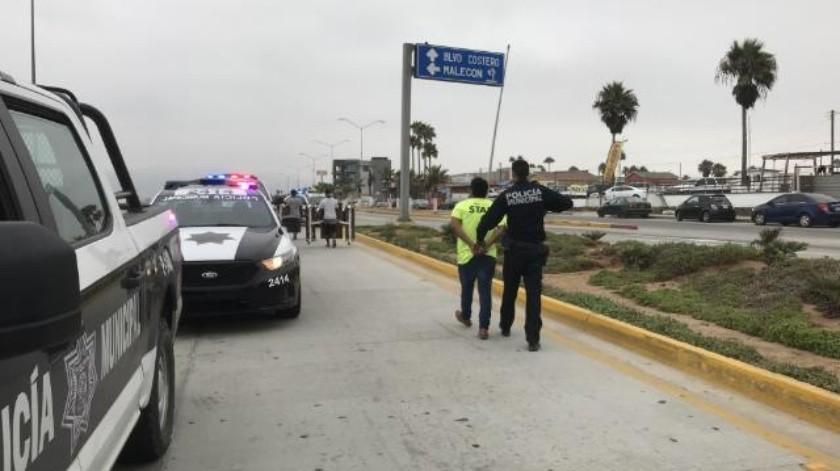 Discuten policías y civiles cerca de playa