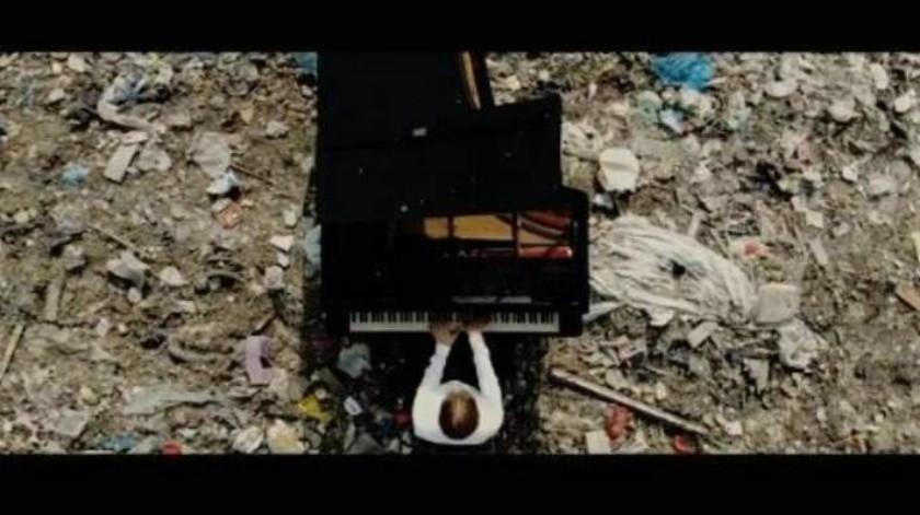 Toca pianista en un basurero para advertir necesidad del reciclaje