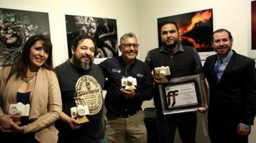 Víctor medina recibe premios de fotografía