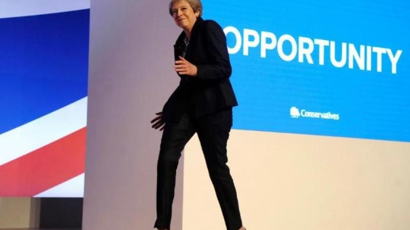 Theresa May se burla de su escaso talento para bailar