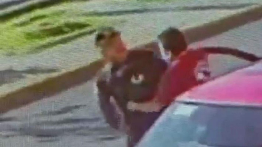 VIDEO: Policía en CDMX intenta parar asalto; ladrón le arrebata su arma y lo amenaza