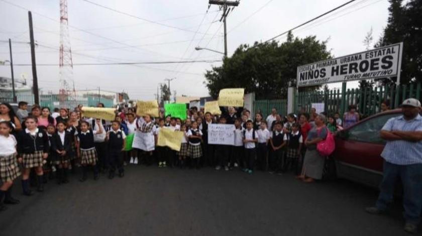 Padres y alumnos toman escuela en Tijuana por falta de maestros