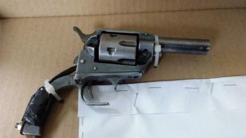Policía Municipal arresta a dos armados con auto robado
