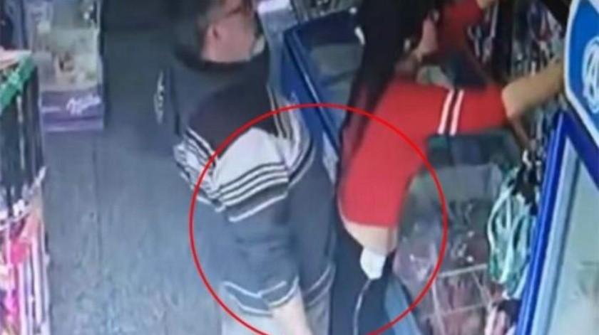 VIDEO: Un hombre acosa sexualmente a una joven y le dan una paliza
