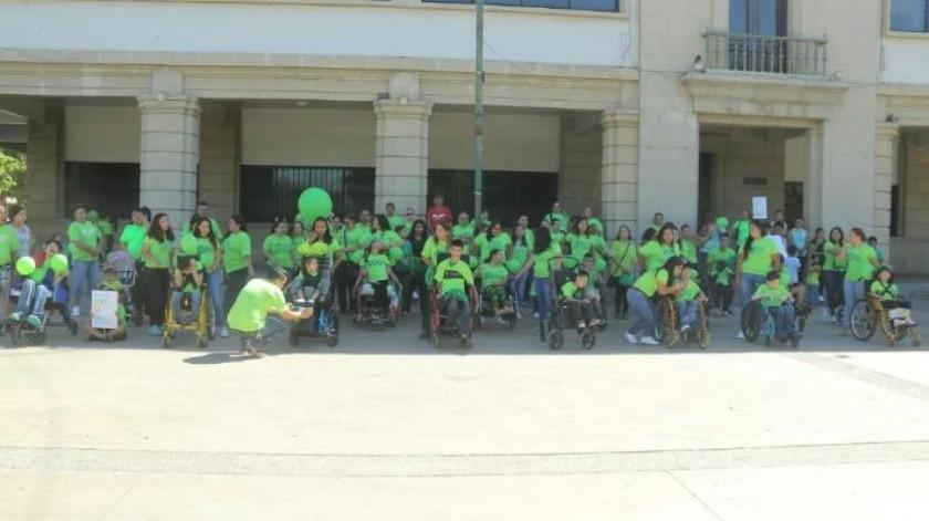 Familia festeja la lucha y entrega de joven con parálisis cerebral