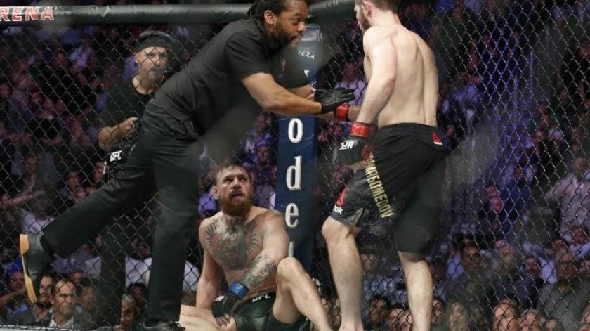 ¡Se les salió del octágono! Conor McGregor pierde ante Khabib Nurmagomedov