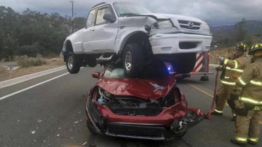 ¡IMPACTANTE!: Choca contra camioneta, sale volando por el aire y aterriza en techo de otro auto