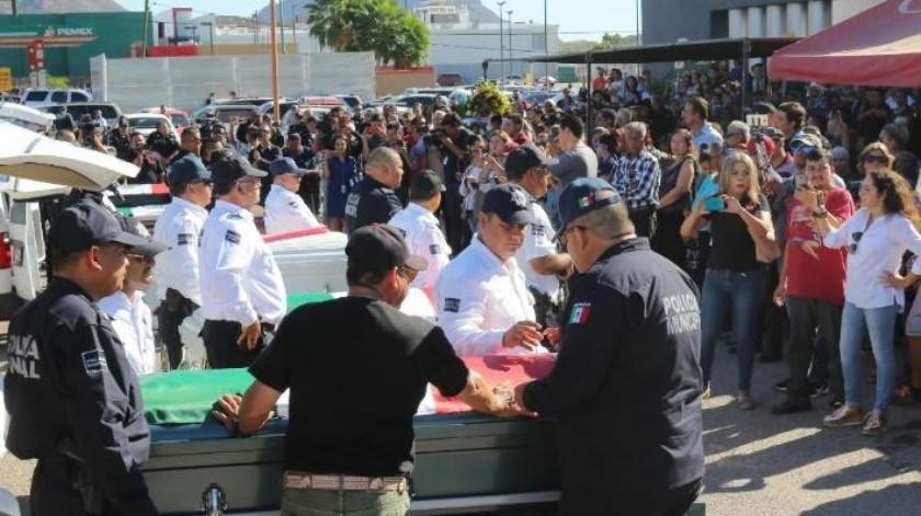 Familia de policía caído asume gastos
