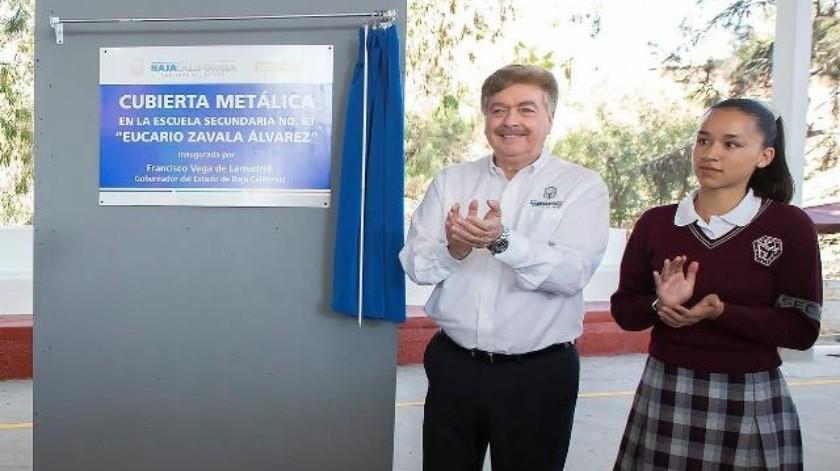 'Kiko' Vega entrega obra en escuela secundaria