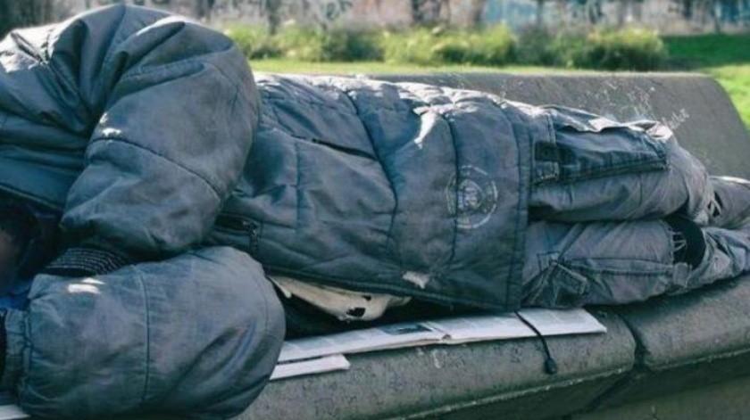 Se encubre policía como indigente por 4 meses y frena banda narco