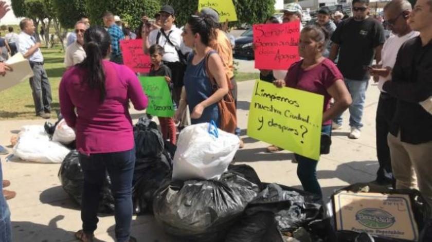 Dejan ensenadenses basura en protesta a las puertas de Palacio Municipal