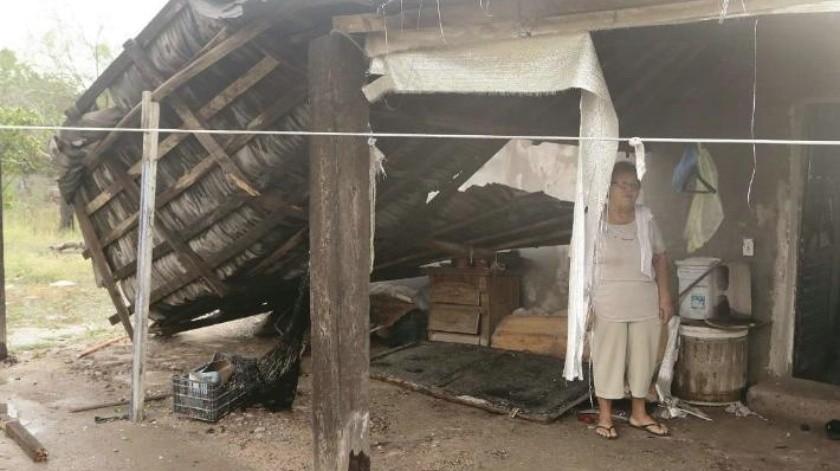 Sale mujer corriendo de su casa al caer techo