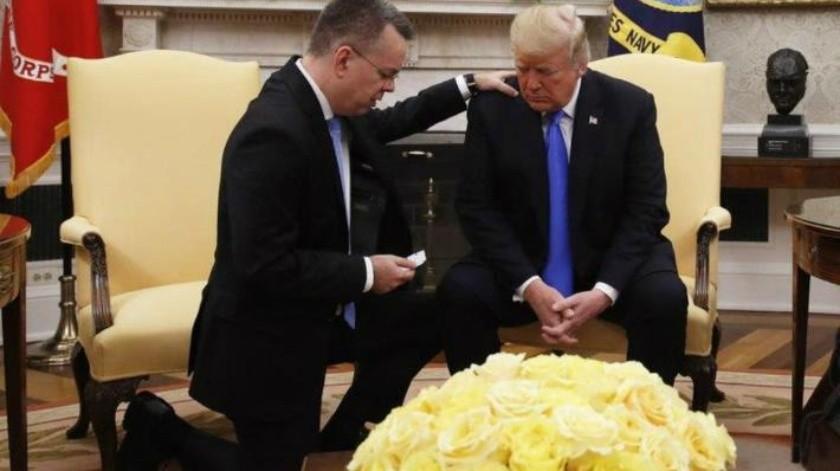 Regresa a EU pastor que estuvo preso en Turquía; Trump celebra