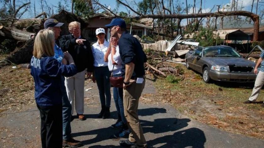 """Donald Trump sobrevuela algunas comunidades devastadas en Florida por el huracán """"Michael"""""""