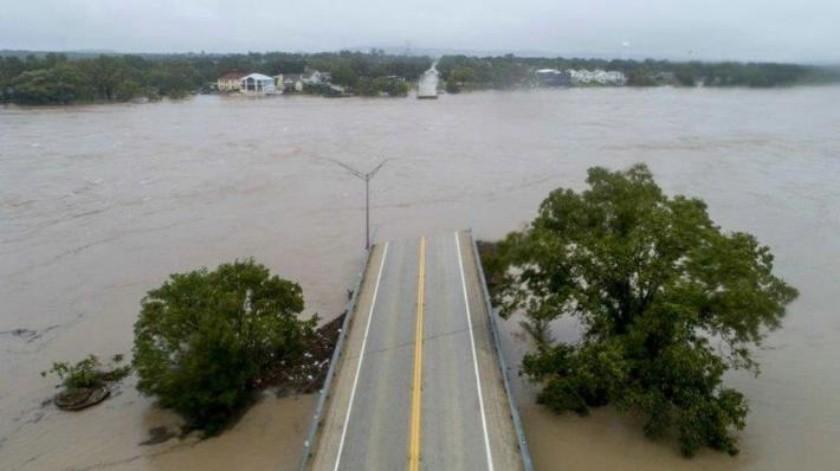 VIDEO: Sucumbe puente ante inundación en Texas