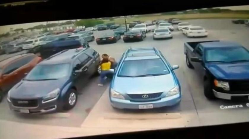 VIDEO: Hombre da brutal golpiza a mujer por quitarle su lugar de estacionamiento