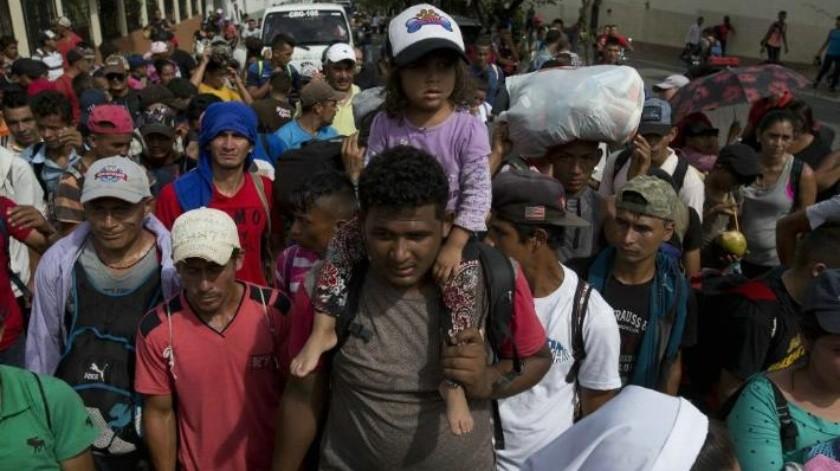 """""""Vamos a seguir, aquí el que decide es Dios"""": Caravana de migrantes hondureños sigue pese a amenaza de Trump"""