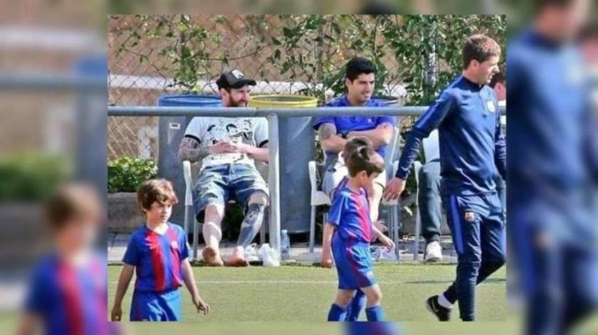 Como padres de familia, Leo Messi y Luis Suárez disfrutan del partido de sus hijos