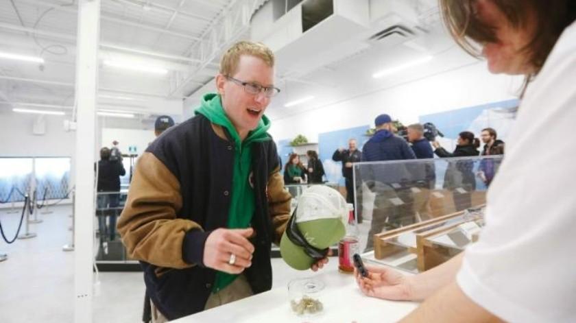 Autoridades de EU recuerdan a viajeros de Canadá que entrar al país con mariguana es ilegal