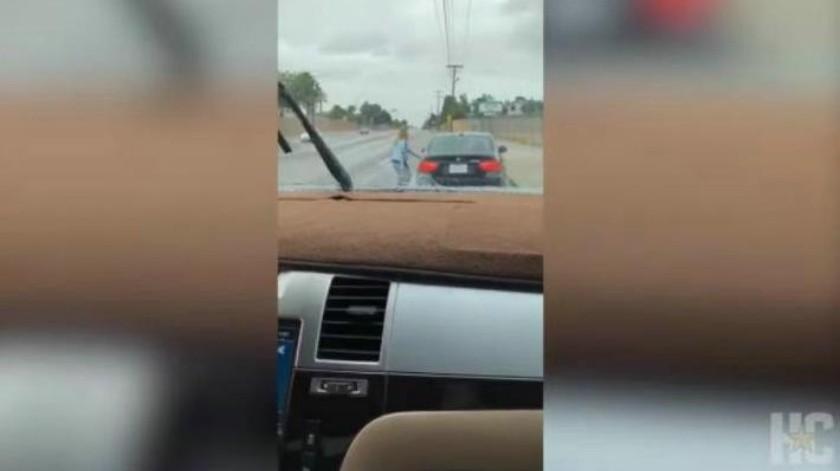 VIDEO: Madre agarra a cintarazos a hijo que le robó su nuevo auto BMW para ir por su novia