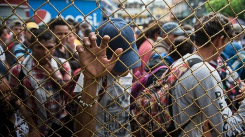 """""""No somos traficantes"""": Integrantes de la caravana de migrantes rompen cerco de Guatemala y cruzan a México"""